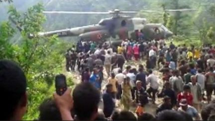 尼泊尔超载巴士翻落山坡 33死43伤
